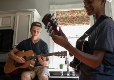 Подарок подростку. Какую гитару купить?